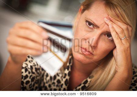 Malestar evidente en ella muchas tarjetas de crédito de la mujer