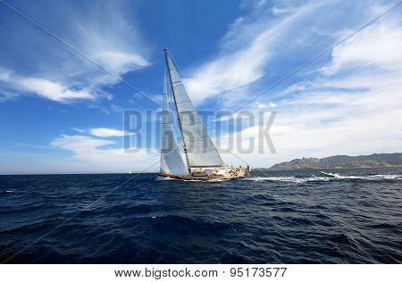 BEAUTIFUL Yacht training for boat race (team unidentified)
