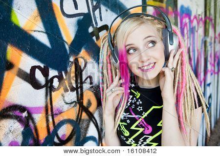 retrato de jovem com fones de ouvido na parede do graffiti