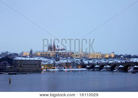 Praagse burcht met Charles bridge in de winter, Prague, Tsjechië