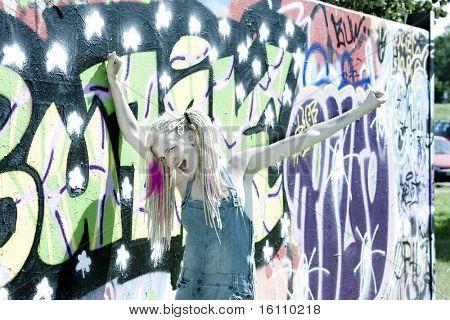 retrato de mulher jovem, de pé na parede grafite