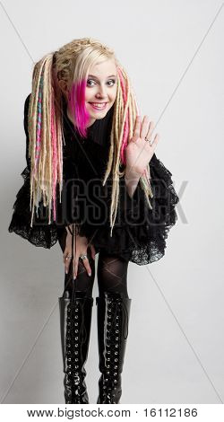 jovem mulher com dreadlocks vestindo botas e roupas extravagantes