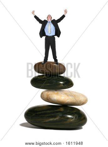 Homem de negócios em rochas