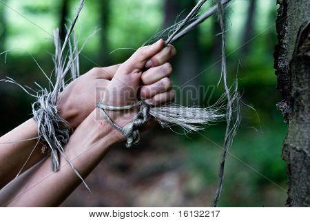 mulher de escravidão mãos na floresta