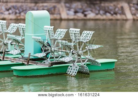 Water turbine for increasing oxygen in pond