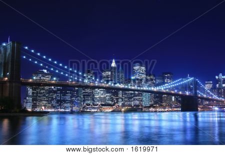 Ponte de Brooklyn e Manhattan Skyline à noite