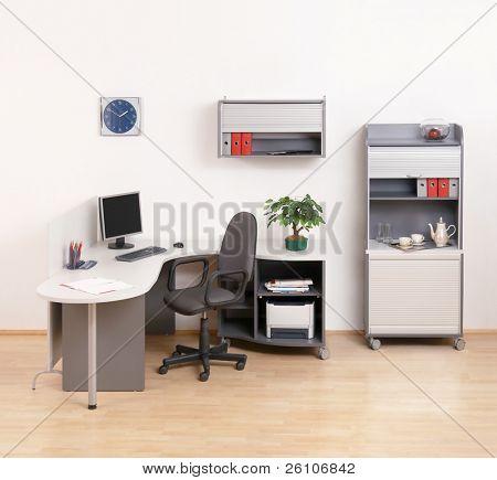 Escritório moderno com um locais de trabalho.