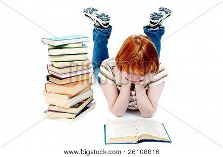 junges Mädchen las das Buch auf weiß