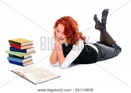 Chica joven estudiante hermoso leer libro sobre fondo blanco