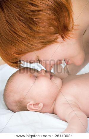 glücklich Schönheit Mutter und Baby berühren einander Nasen