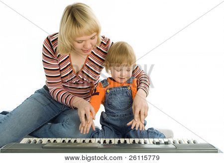 Mutter beibringen Kind spielen Klavier over white Background