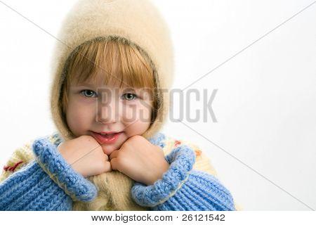 kleines Mädchen in warme Pullover auf weißem Hintergrund