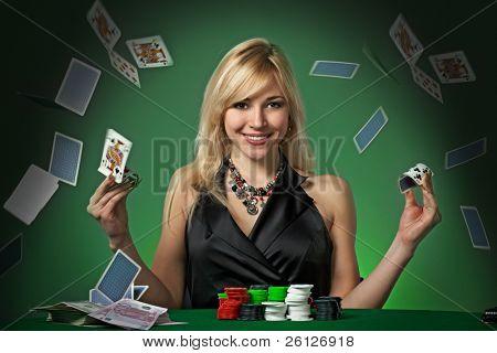Poker-Spieler im Casino mit Karten und Chips auf grünem Hintergrund
