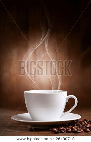copo quente de ciffee sobre fundo marrom