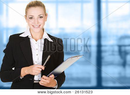 Business-Frau im modernen Glas Innenraum