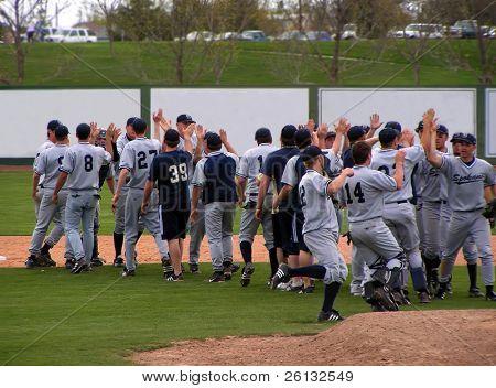 Spokane Valley Community College Baseballteam feiert Sieg vs. Schatz Valley Community college