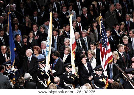 Protetor de cor Califórnia apresentando os sinalizadores na inauguração do governador Arnold Schwarzenegger