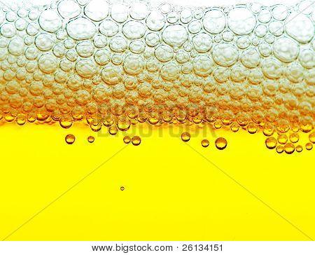 Gelbe Bier mit Schaum und Blasen