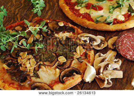 Landhaus Pilz und geröstete Knoblauch Pizza auf einem Tisch Vintage Eiche
