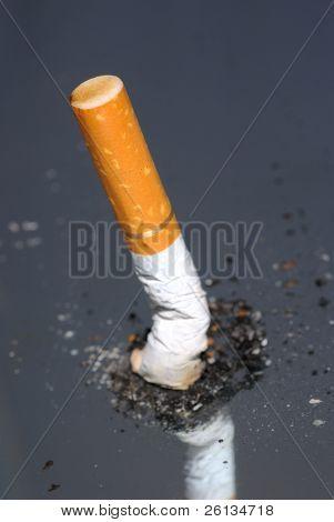 Zigarettenstummel in Haufen Asche aufstehen