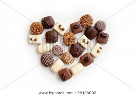 surtido de dulces de delicioso chocolate praliné en forma de corazón