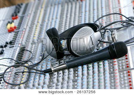 fones de ouvido na mesa de mixagem de som