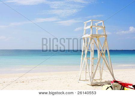 Rettungsschwimmer platzieren Sie an tropischen Strand