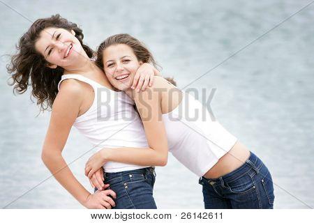 dos jóvenes felices en el fondo del mar