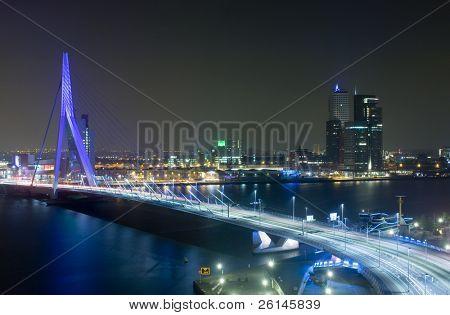 Die Rotterdam-Skyline mit der berühmten Erasmus-Brücke über den Fluss Maas in der Nacht