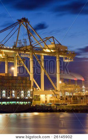 die Unloaing eines Frachters mit großen Kräne und Karren, den Transport der Container