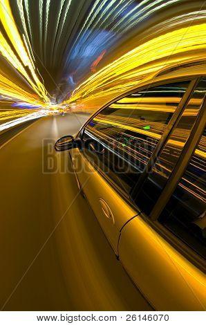 ein Autorennen auf einer Autobahn, umgeben von Streifen des Lichts der overhead Straßenlaternen und Route in