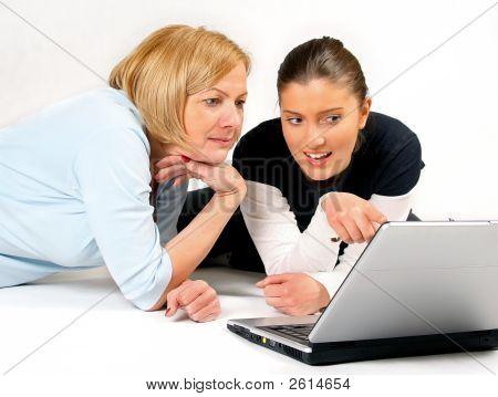 Mãe e filha usando Laptop