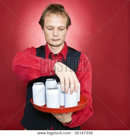 Neuanordnen von Getränkedosen in seinem Fach Kellner