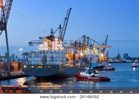 mehrere Schlepper und Unterstützung Schiffe, ein riesiges Containerschiff zu vertäuen aus am Kai in der Rot zu unterstützen