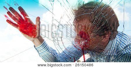 schwer verwundet Fußgängerzone Treffer von einem Auto, wird durch die Windschutzscheibe zerschlagen