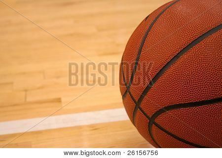 Basketball von Hartholz-Fußboden mit Platz für Kopie abgewinkelt