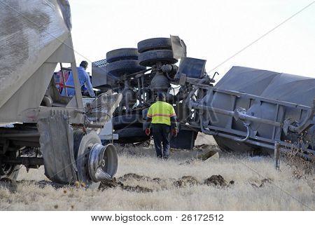 Autounfall mit Kapuze zerschlagen und auf seiner Seite gerollt