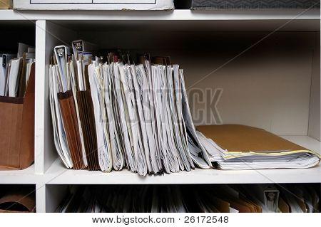 Escritório prateleiras cheias de caixas e arquivos