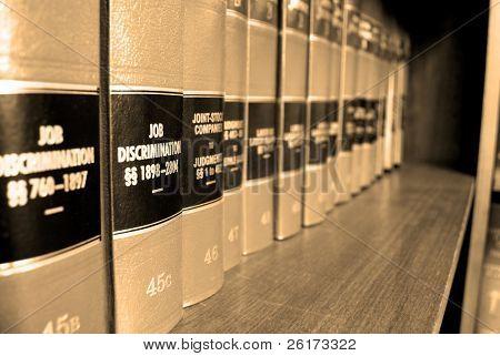 Cerca de varios volúmenes de libros de la ley de los códigos y estatutos