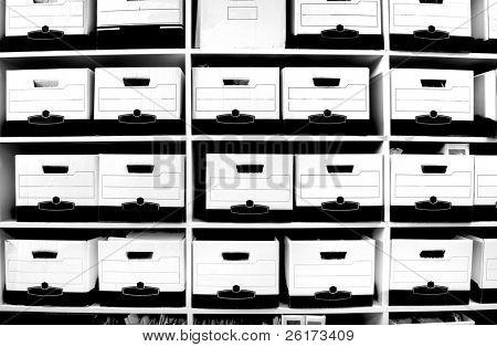 Oficina estantes llenos de cajas y archivos
