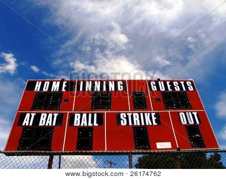 Marcador de béisbol con pelota de palo y zonas de huelga y cielo azul