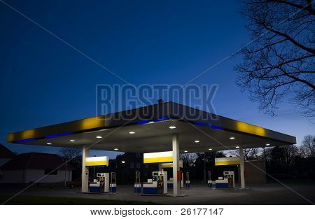 Gasstation at night 1