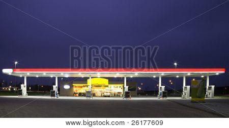 Estación de gas en la noche