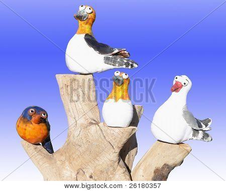 Cuatro aves de modelo de china sobre un tronco