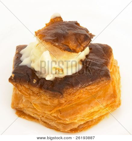 Single vol-au-vent with bechamel and meat filling
