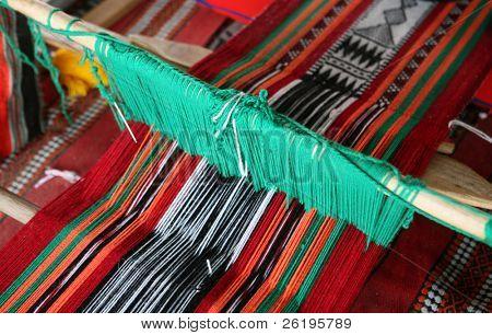 Un telar produciendo el diseño de paño árabe tradicional, comúnmente utilizado en Qatar y otros Estados árabes.