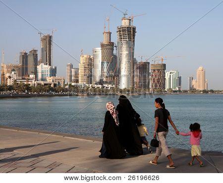 Überdachte Qatari Frauen mit ihren Kindern und Hausmädchen Spaziergang an der Corniche in Doha, Frühjahr 200