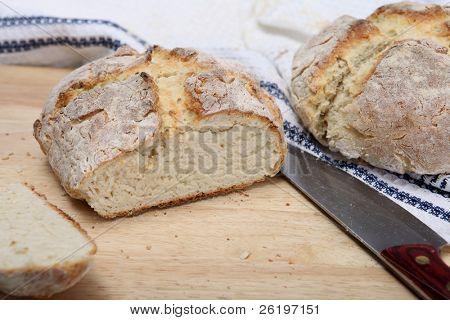 zwei Laibe von irischen Soda Brot, frisch aus dem Ofen