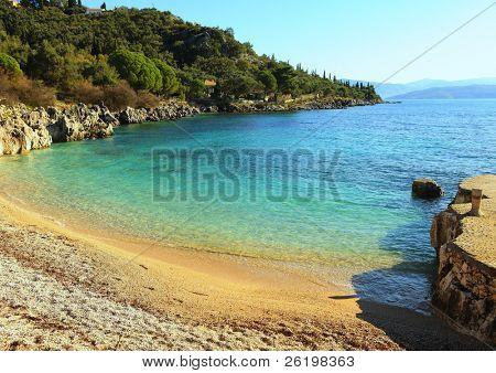 La pequeña pero encantadora playa de Nissaki en la isla de la costa noreste de Corfú, Grecia,