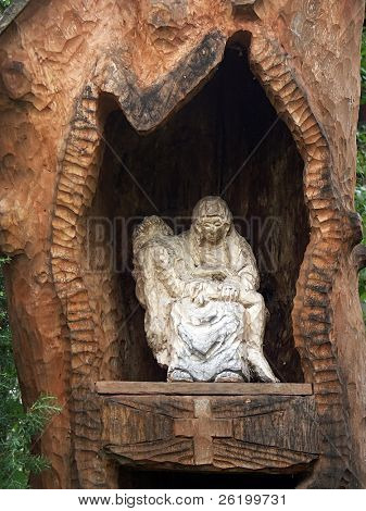 Wooden shrine with mourning Holly Mother and Dying Jesus 0811_40